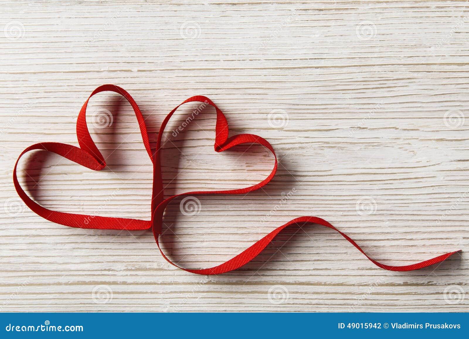 在木背景的二个重点 情人节,婚姻的爱概念