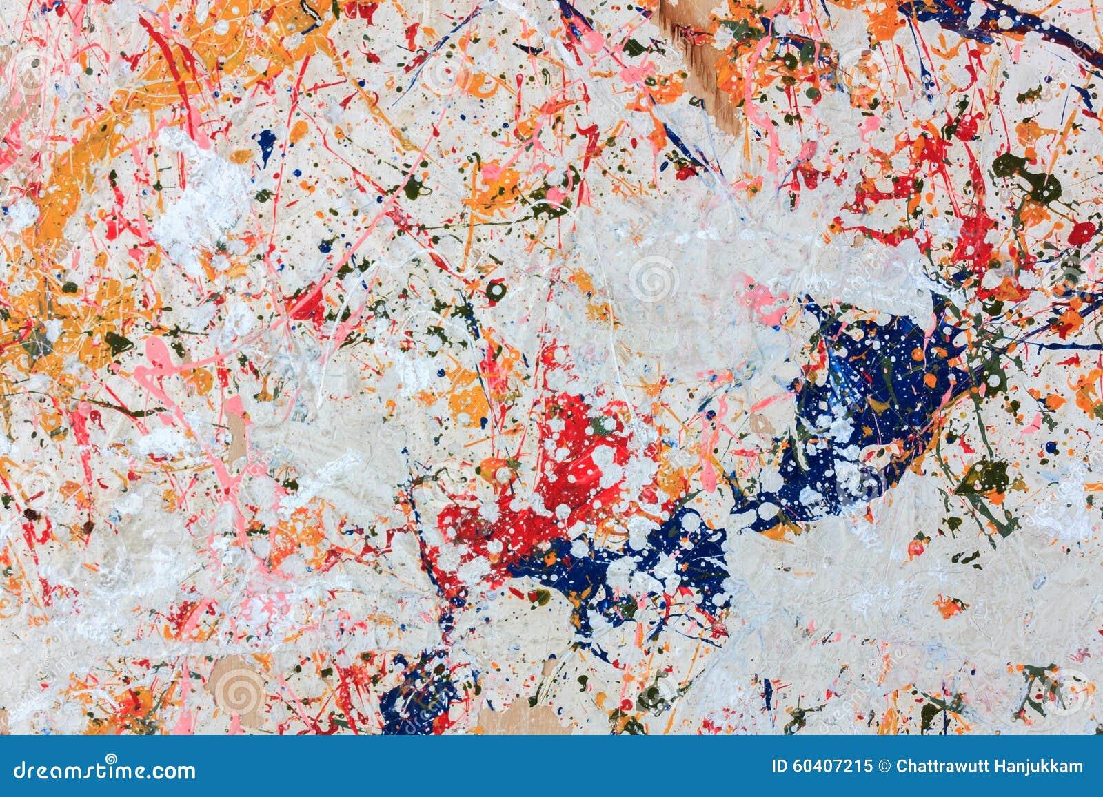 在木背景的五颜六色的油漆
