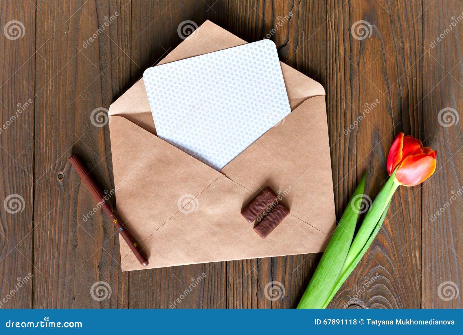 在木背景的卡拉服特信封