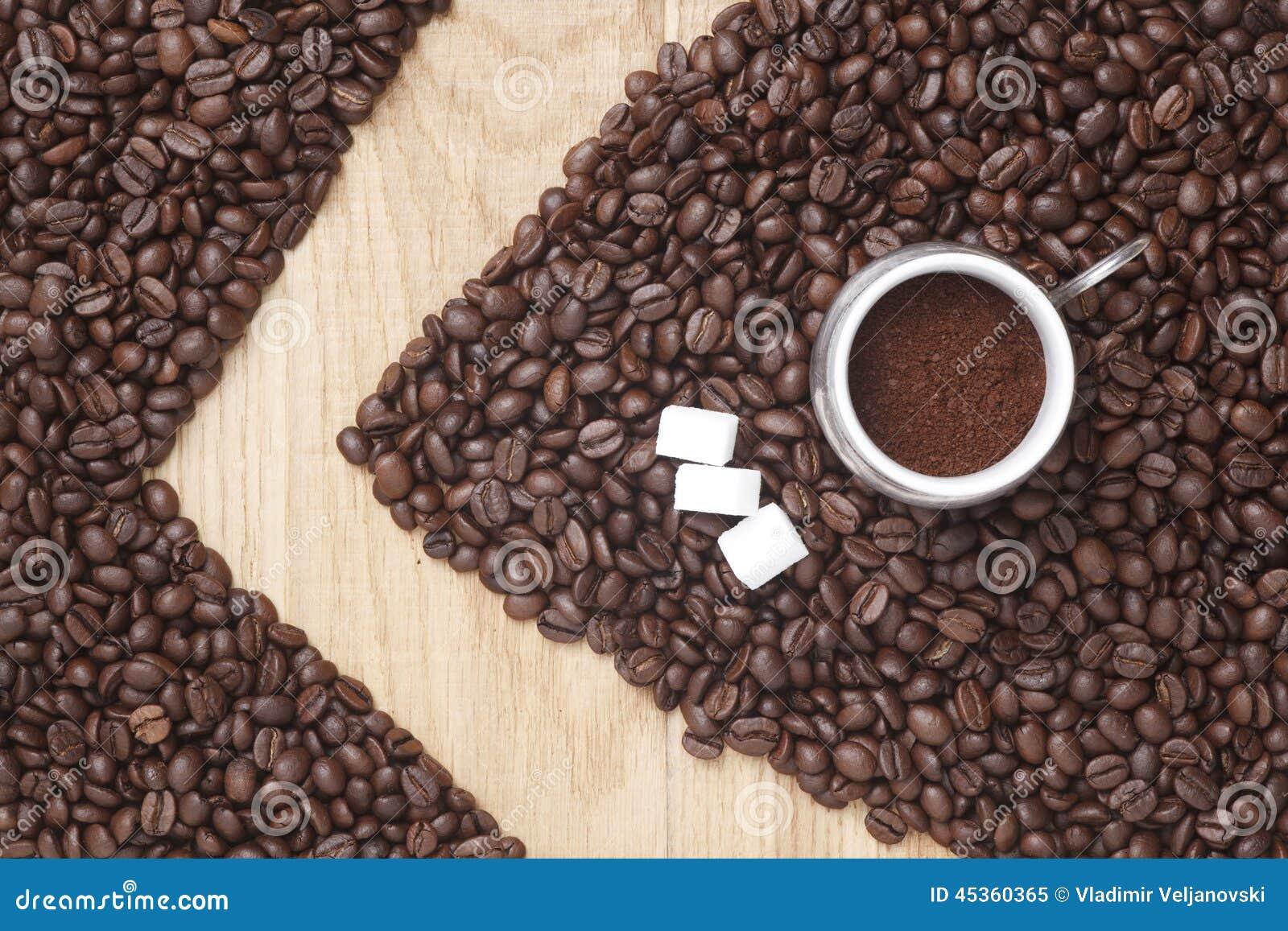 在木背景的咖啡豆