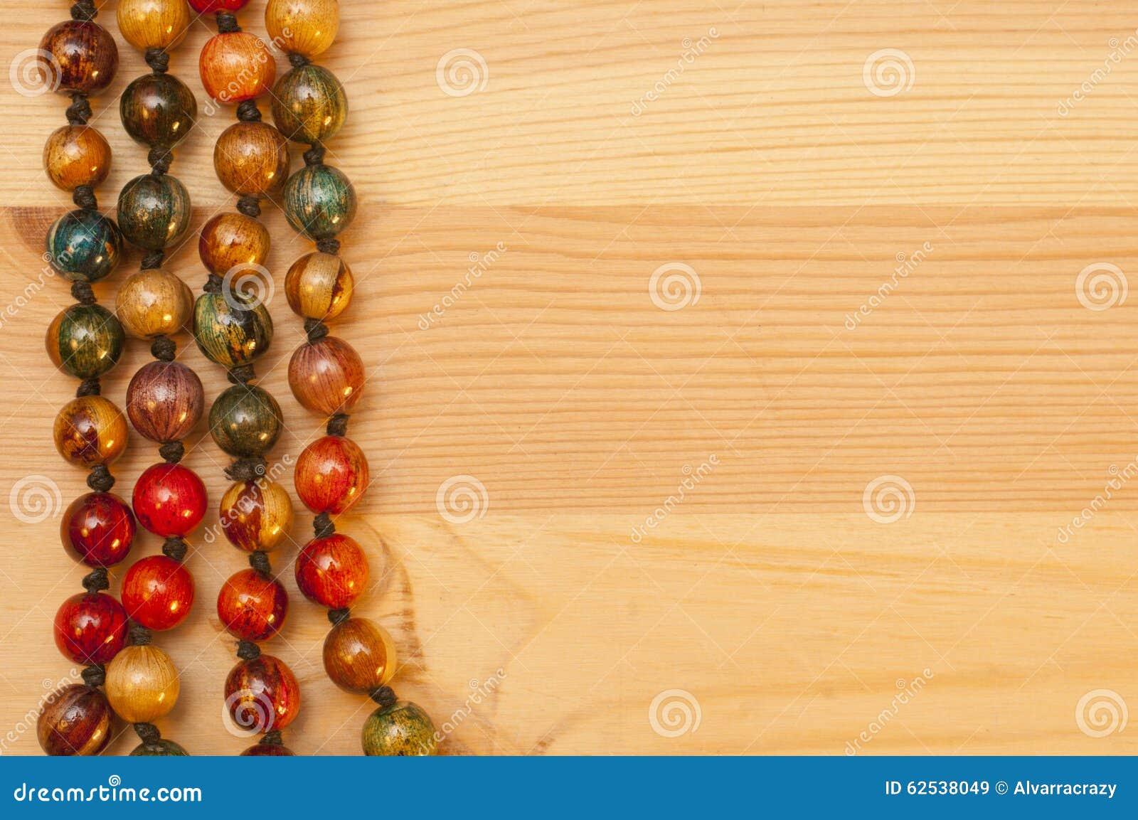 在木背景的小珠