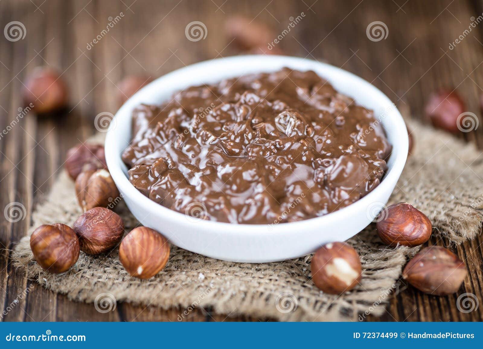 在木背景的巧克力奶油