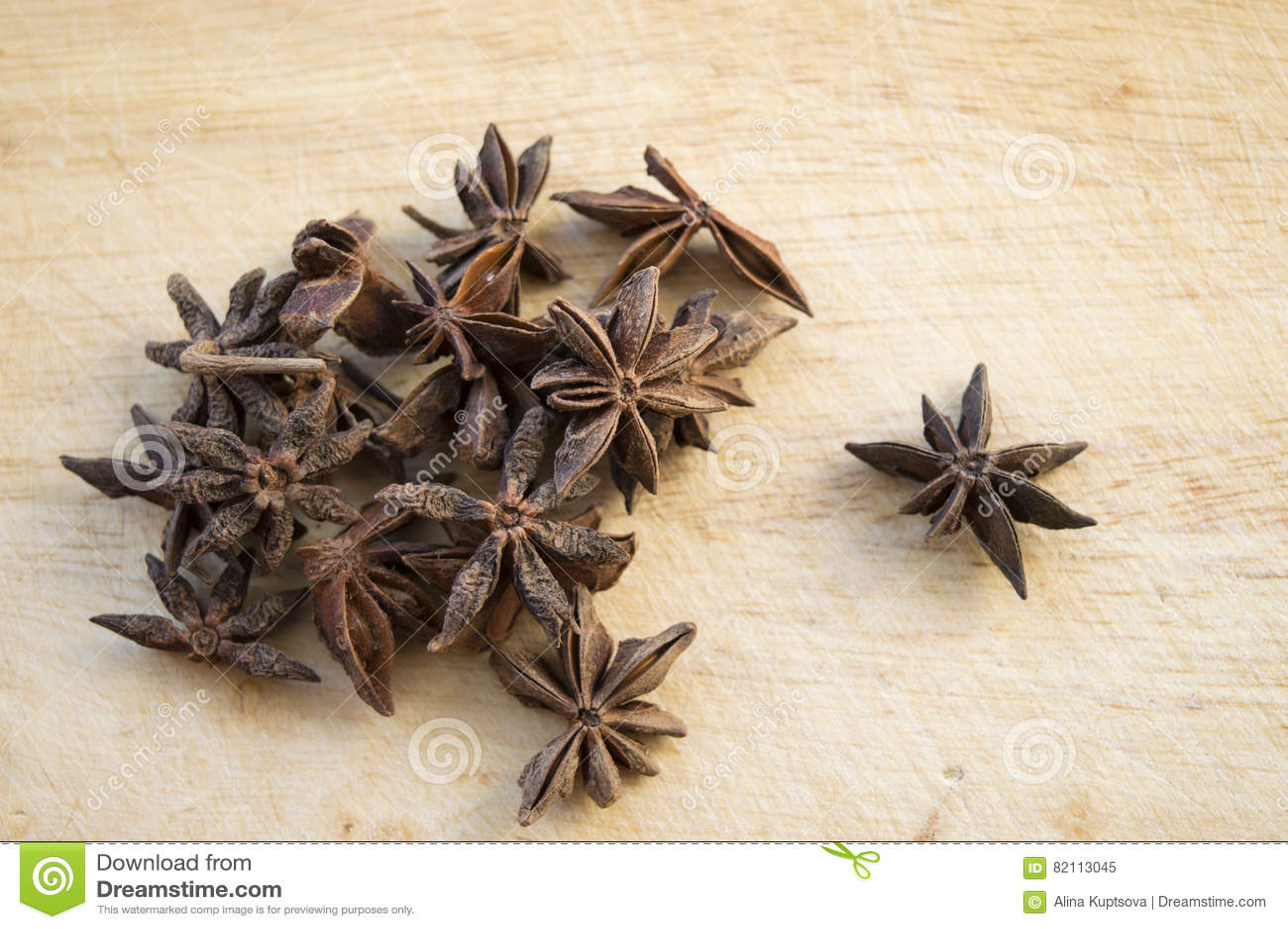 在木背景的干燥茴香星