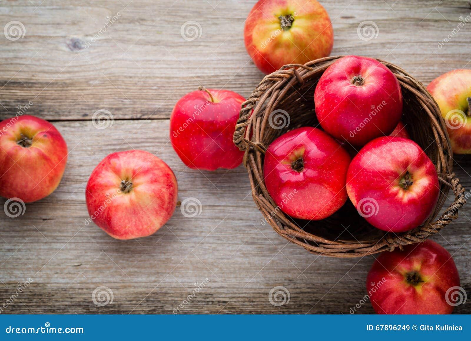 在木背景的成熟红色苹果