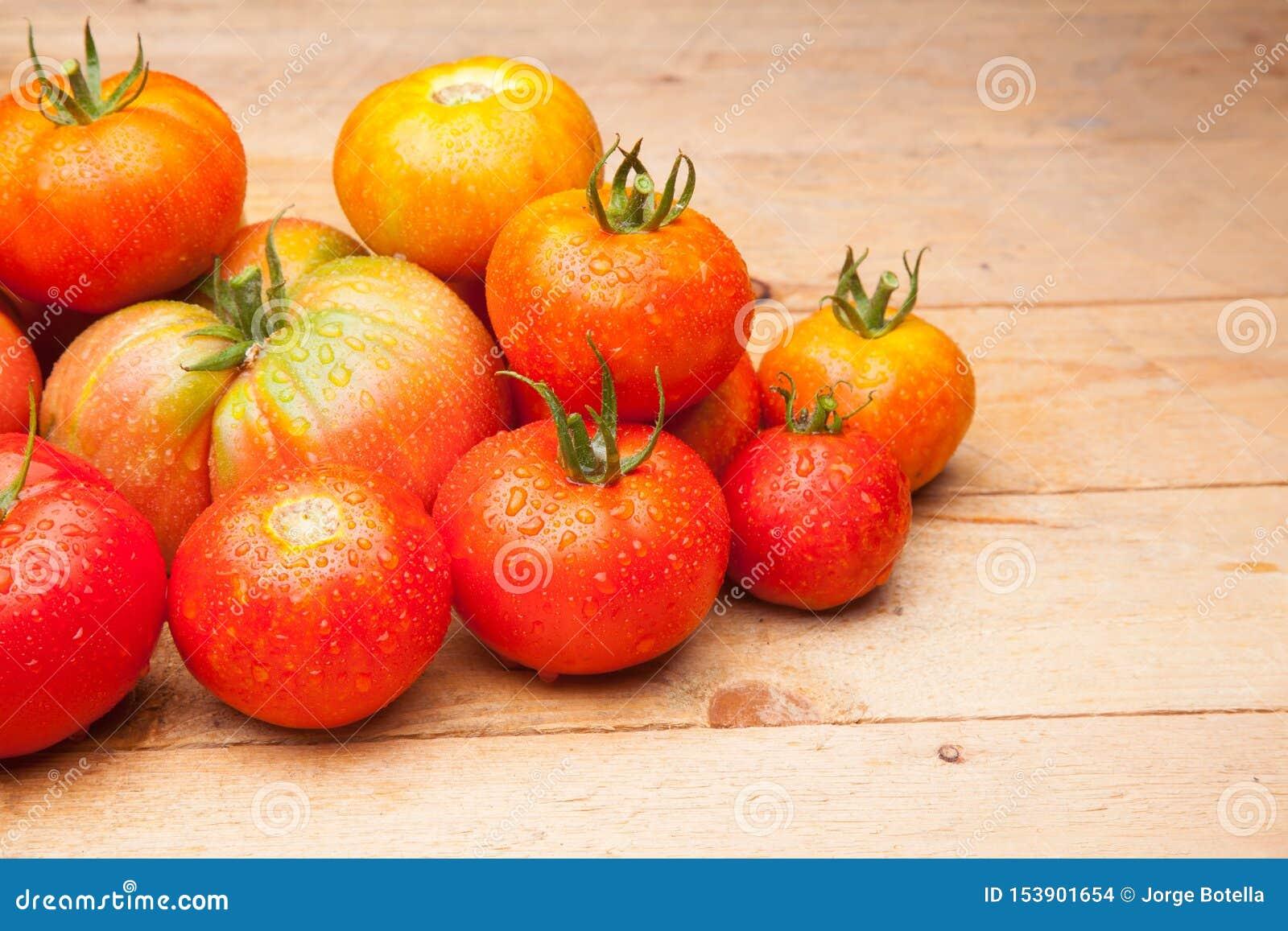 在木背景的成熟蕃茄