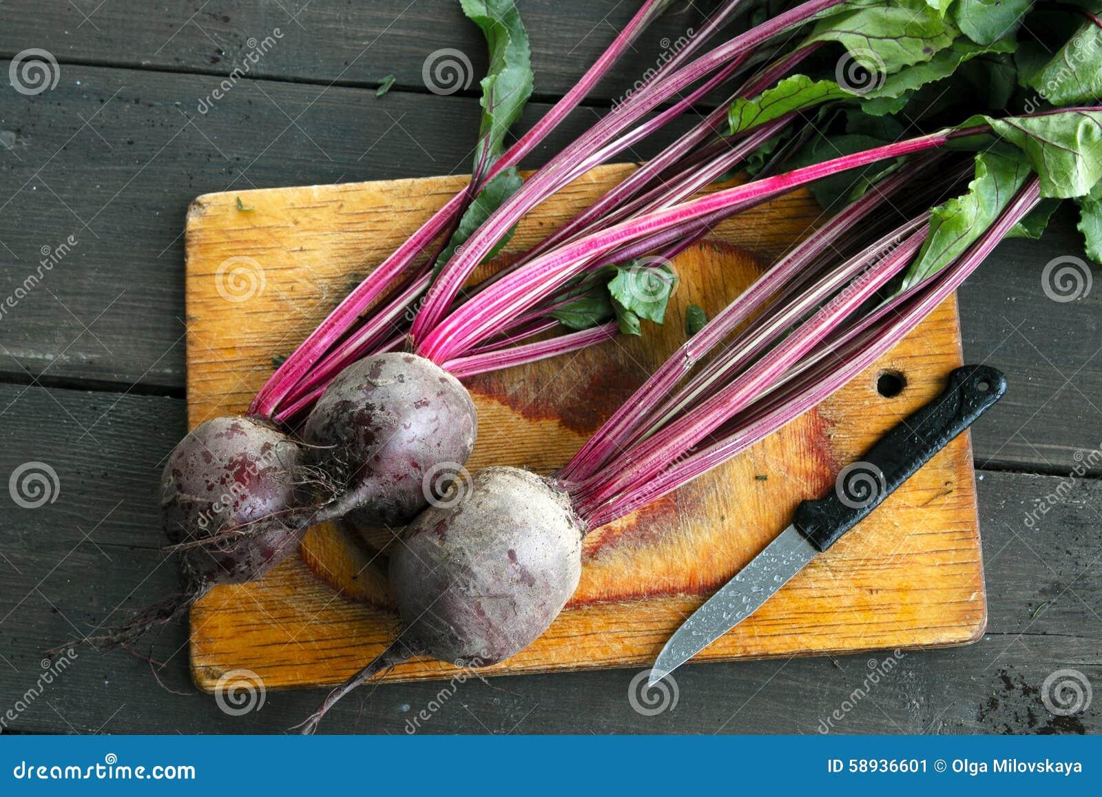 在木背景的新鲜蔬菜