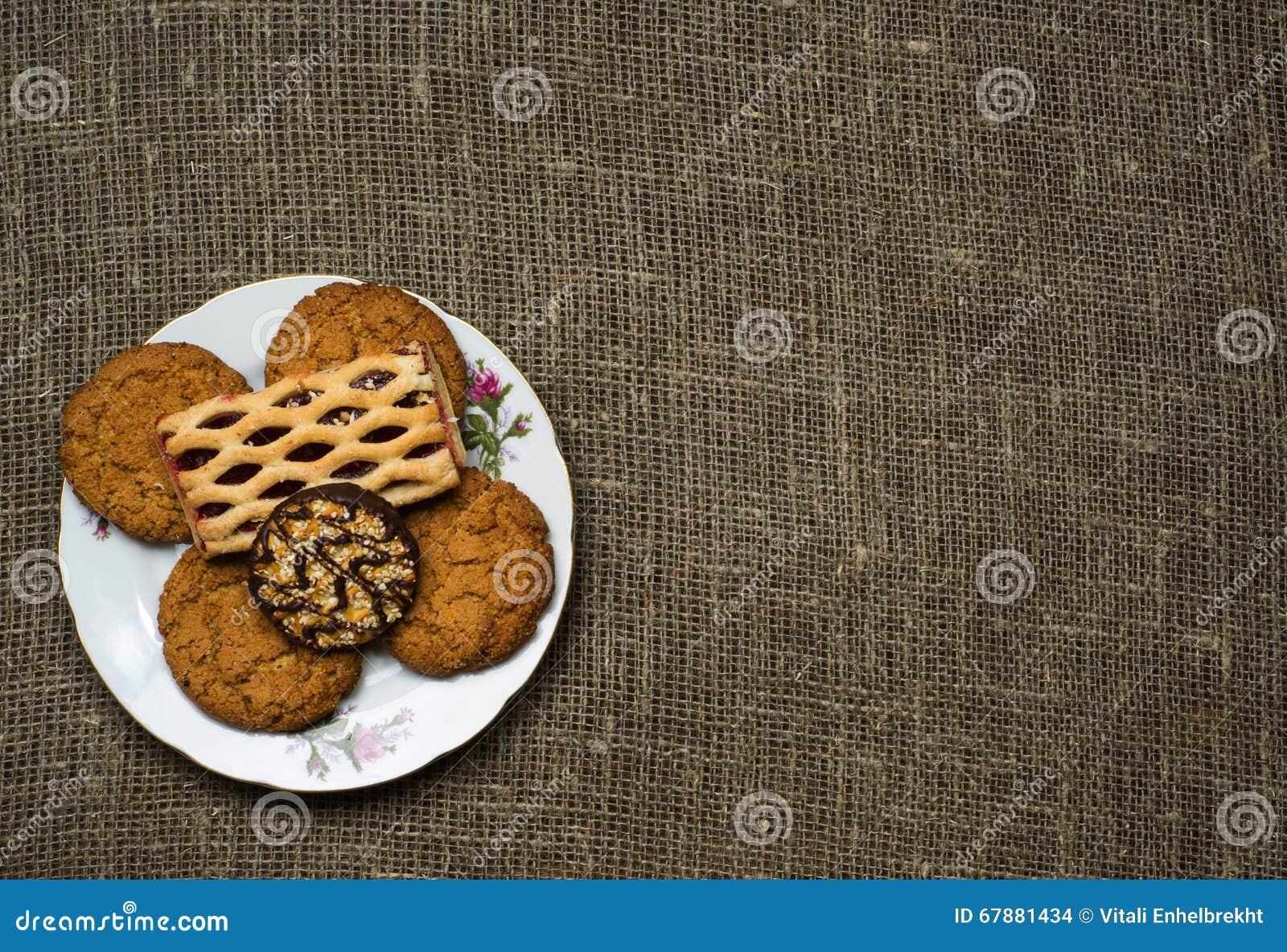 在木背景的曲奇饼作为背景