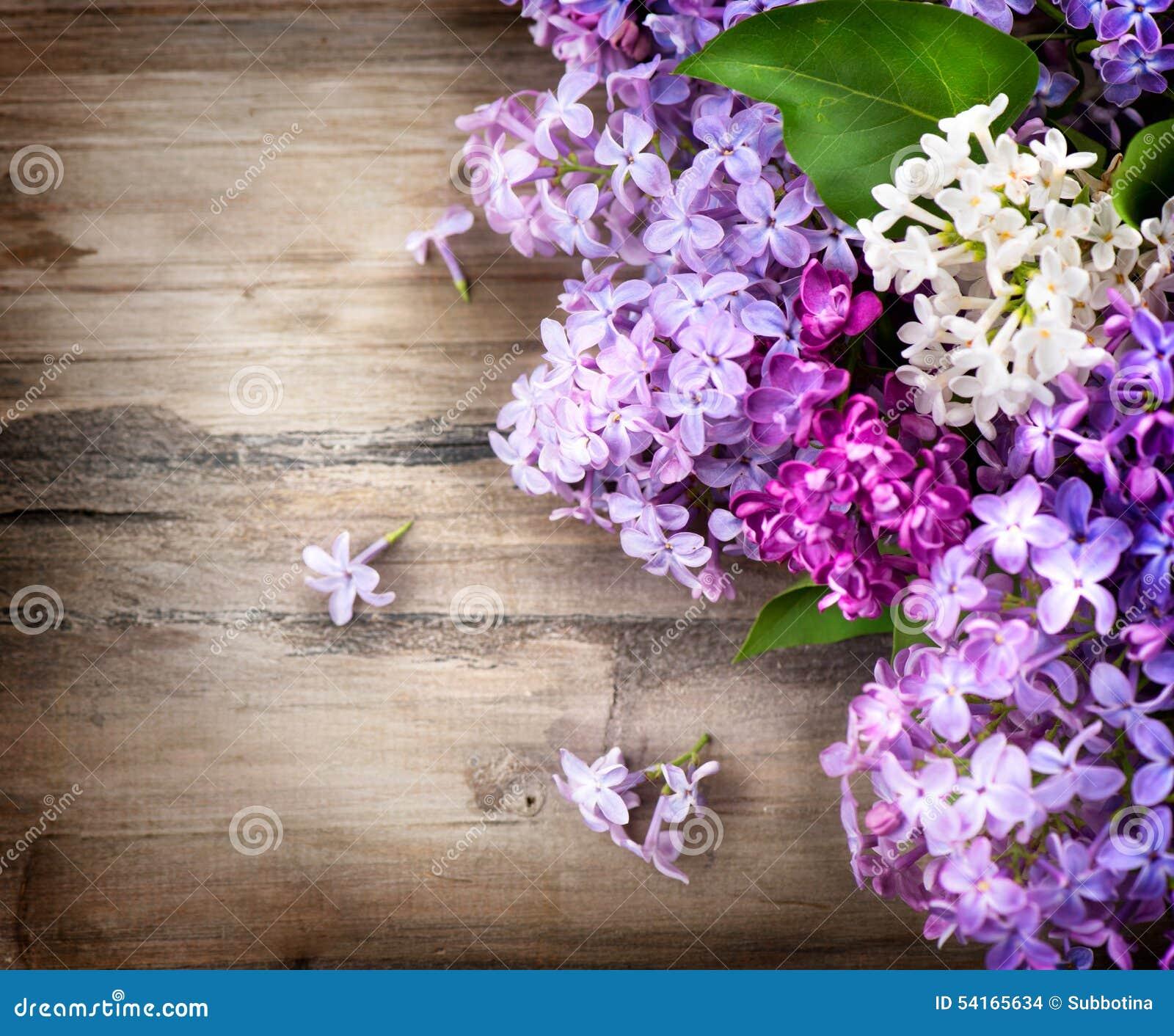 在木背景的淡紫色花
