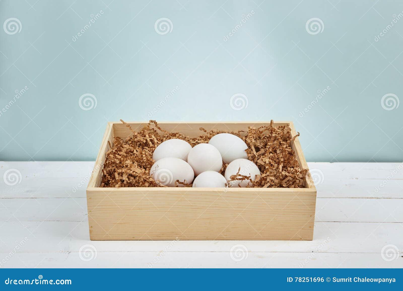 在木背景的白鸡蛋