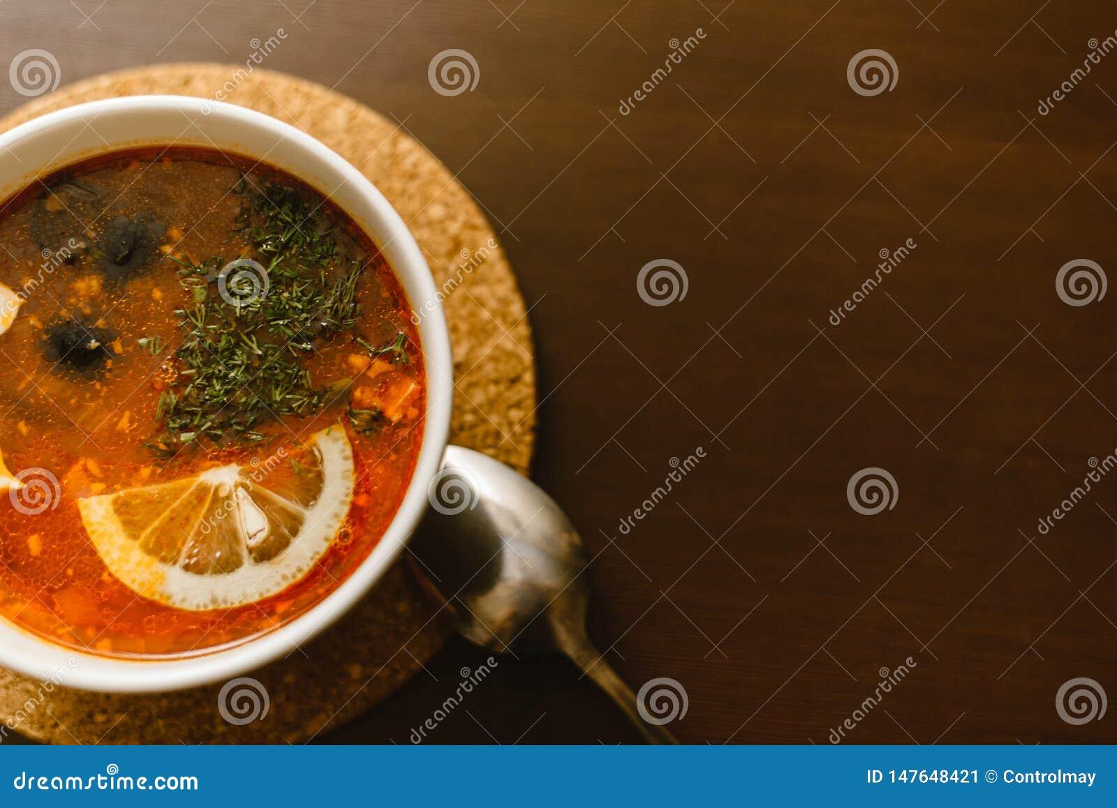 在木背景的红色汤