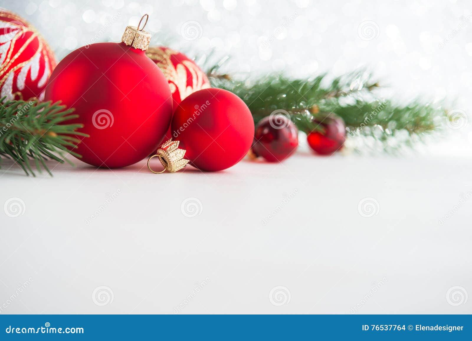 在木背景的红色xmas装饰品 圣诞快乐看板卡