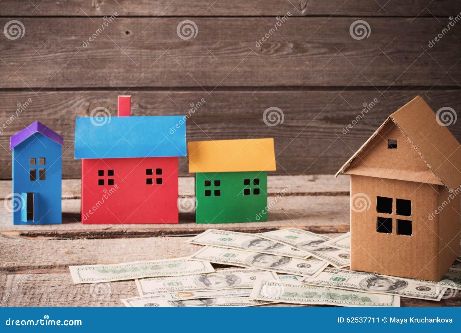 在木背景的纸房子