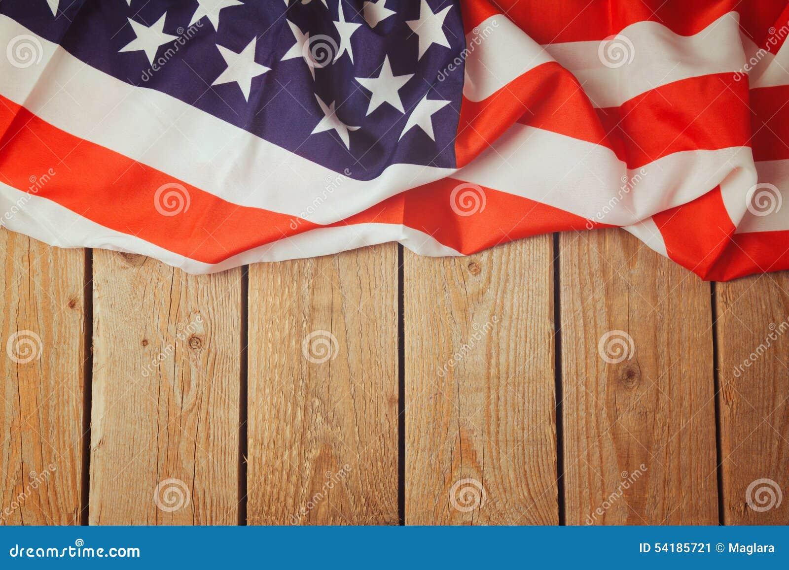 在木背景的美利坚合众国旗子 第4 7月庆祝