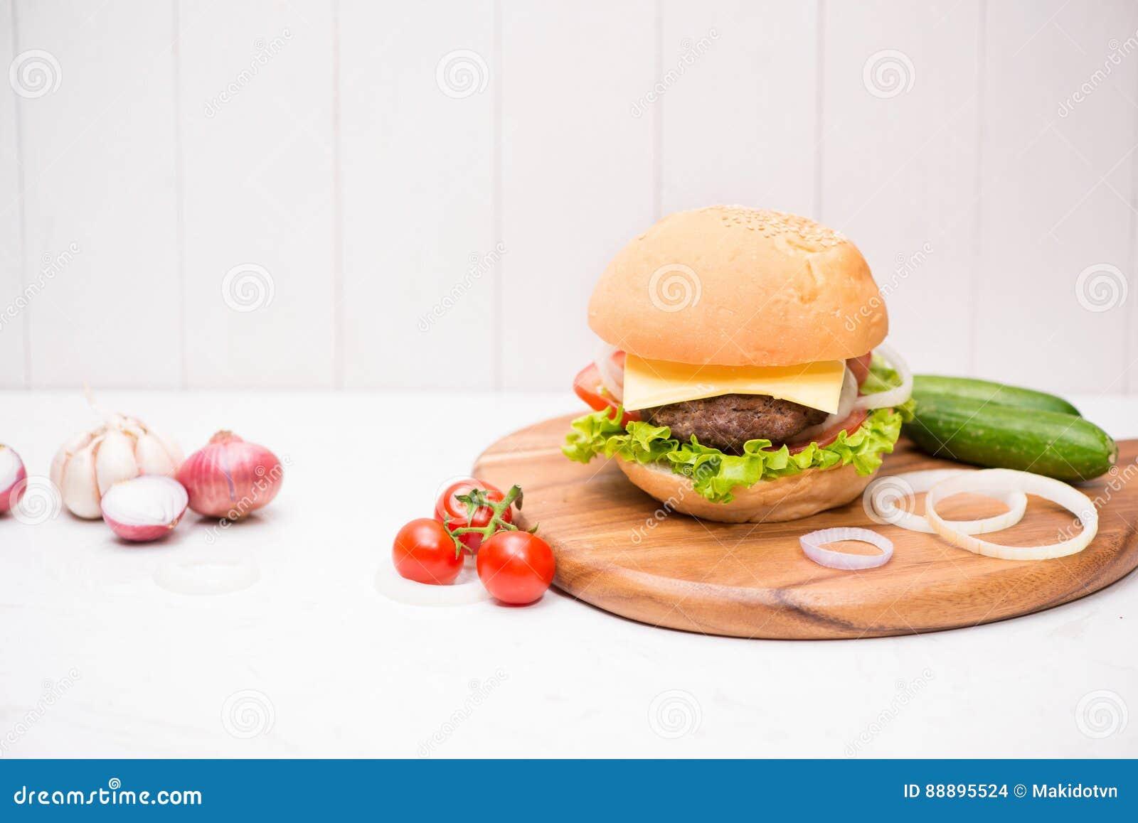 在木背景的自创BBQ汉堡