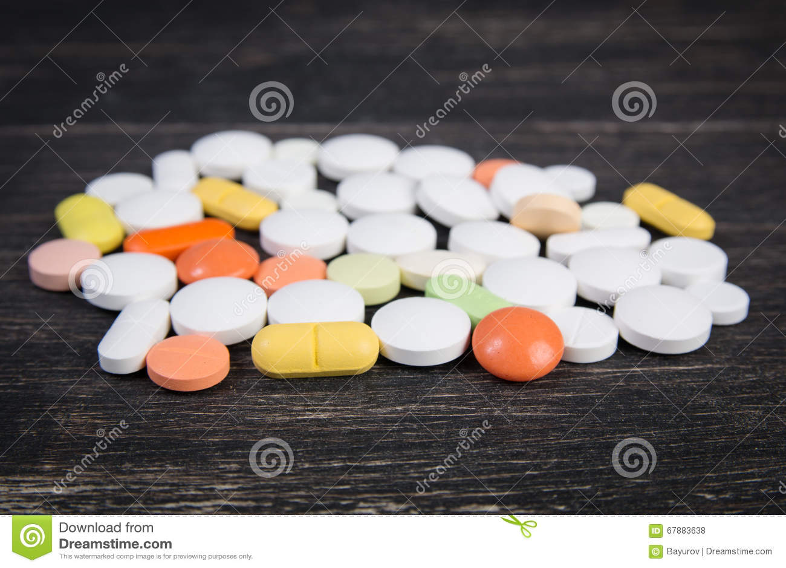 在木背景的药片