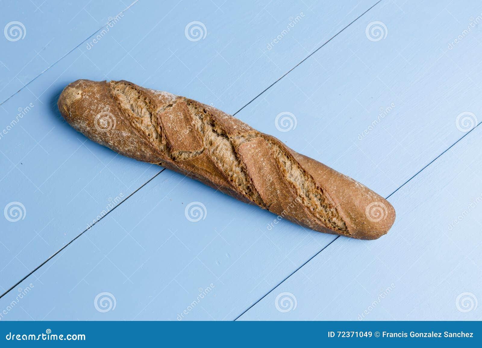 在木背景的面包