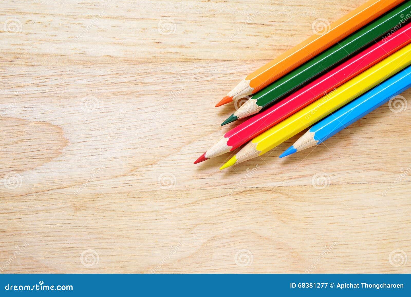 在木背景的颜色铅笔