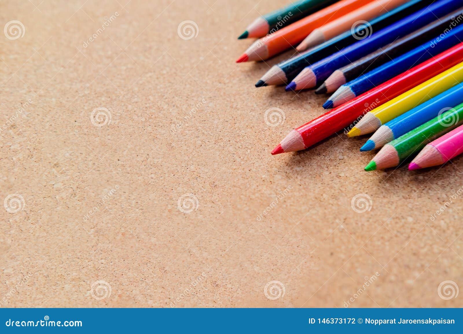 在木背景的颜色铅笔 r