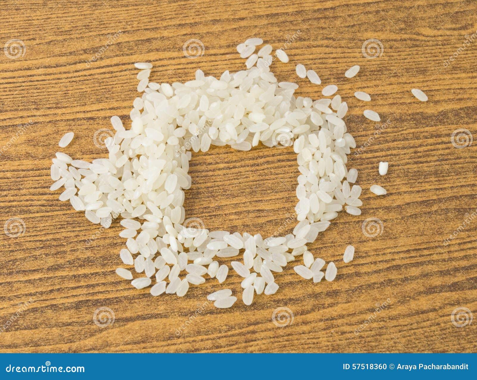 在木表上的未煮过的日本米