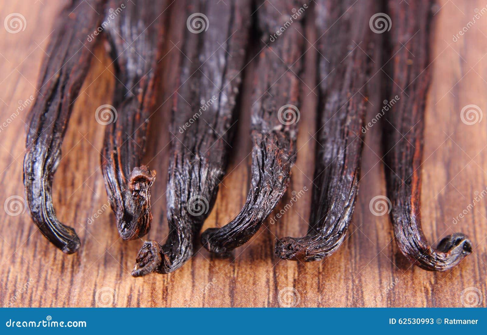 在木表面板条的芬芳香草棍子