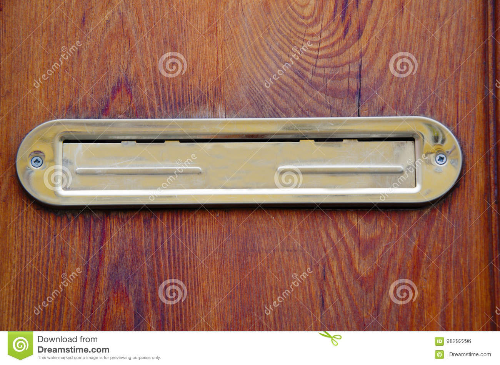 在木门的发光的金黄绝密letterbox