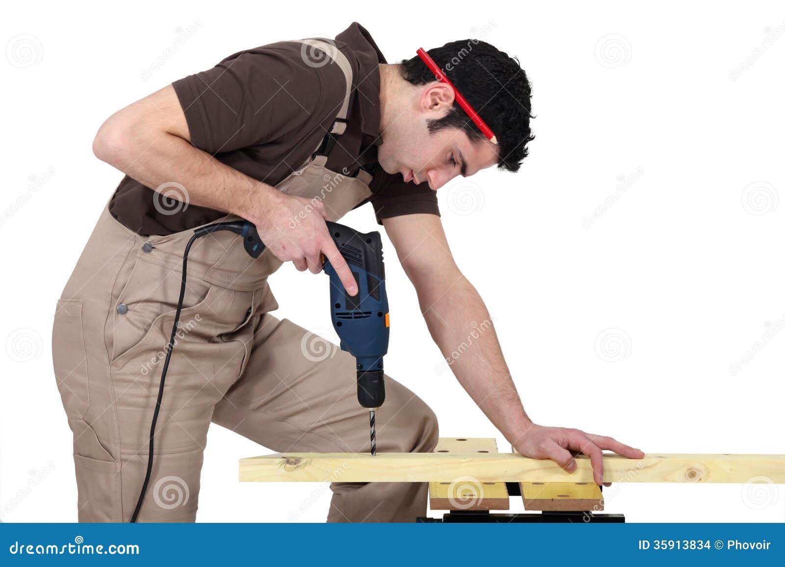 在木头的人钻孔
