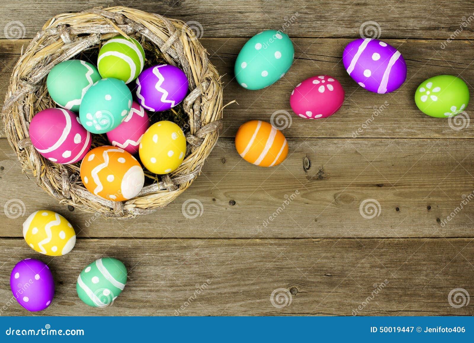 在木头的复活节彩蛋边界