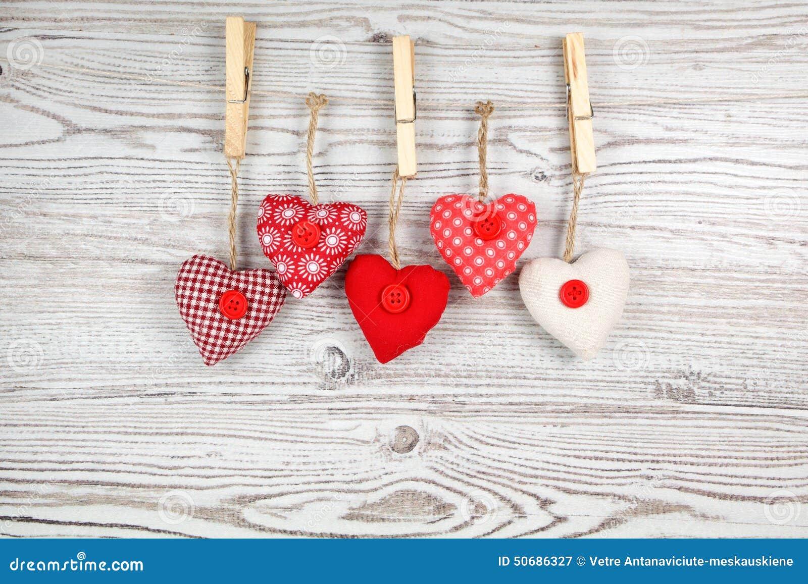 Download 在木头的心形的装饰 库存图片. 图片 包括有 纺织品, 背包, 玩具, 减速火箭, 葡萄酒, 土气, 红色 - 50686327