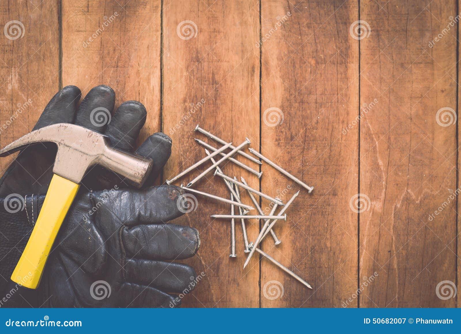 Download 在木头的被分类的工作工具 库存图片. 图片 包括有 的协助, 投反对票, 硬件, 缓和, 钉子, 甲板, 地板 - 50682007