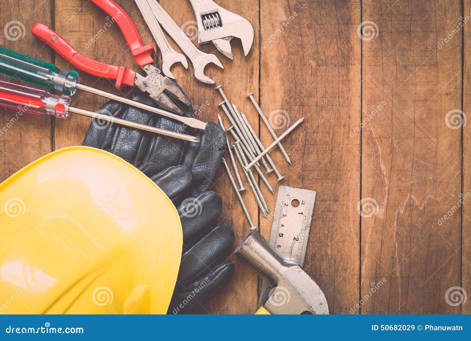Download 在木头的被分类的工作工具 库存图片. 图片 包括有 材料, 硬件, 盔甲, 背包, 的协助, 保护, 缓和 - 50682029