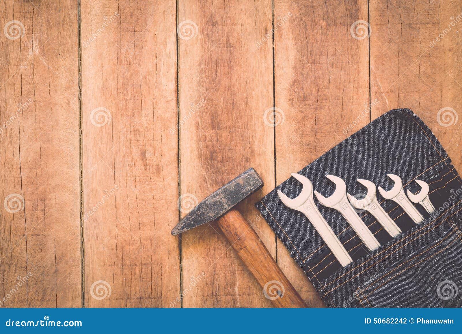 Download 在木头的被分类的工作工具 库存照片. 图片 包括有 甲板, 背包, 钉子, 木匠, 建筑, 缓和, 锤子 - 50682242