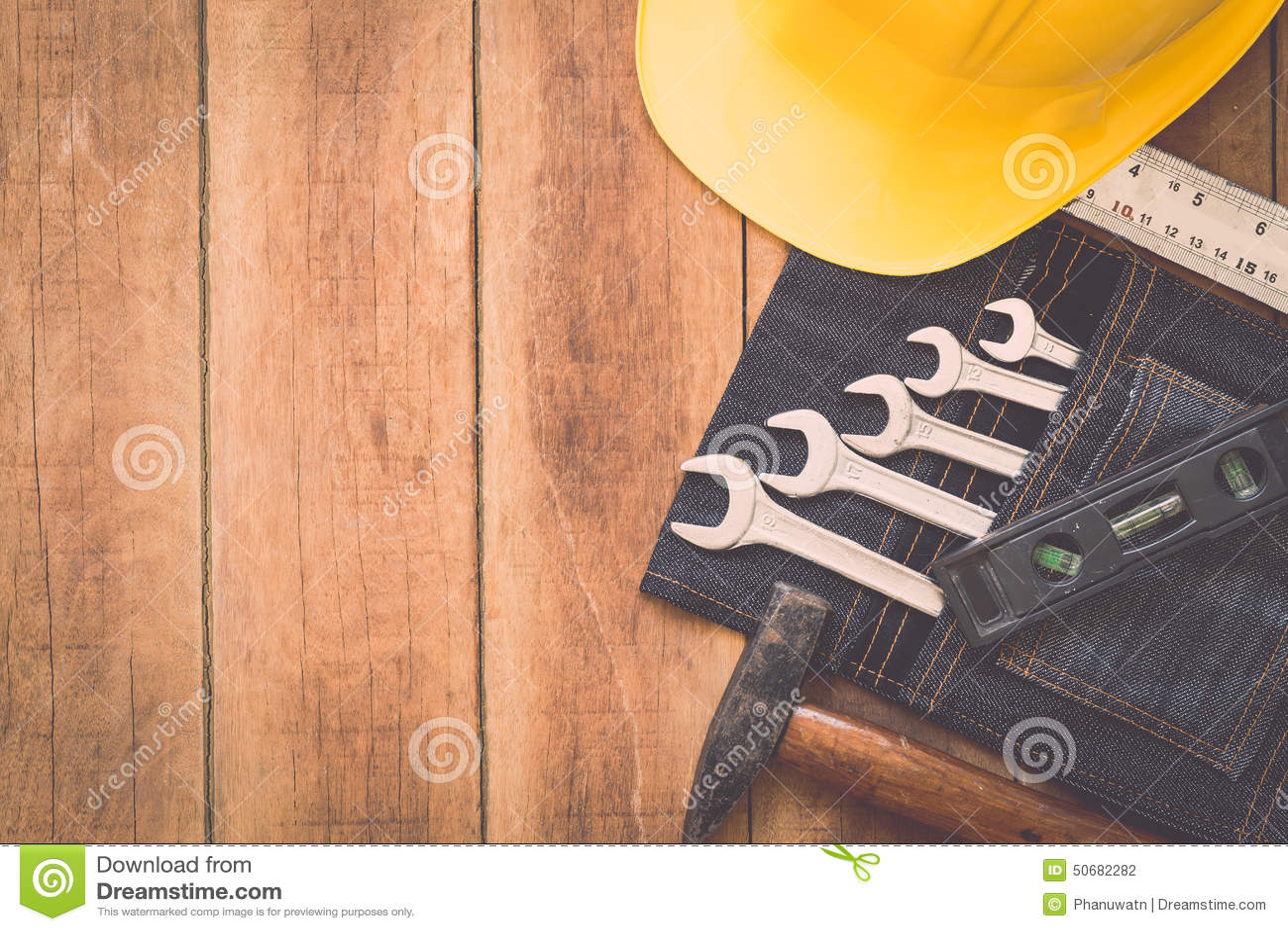 Download 在木头的被分类的工作工具 库存照片. 图片 包括有 甲板, 保护, 概念, 现有量, 的协助, 对象, 盔甲 - 50682282