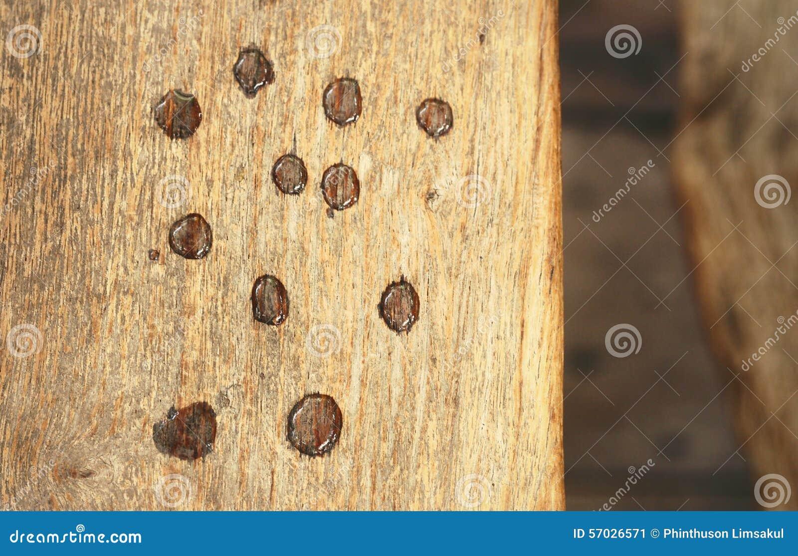 水滴在木头的