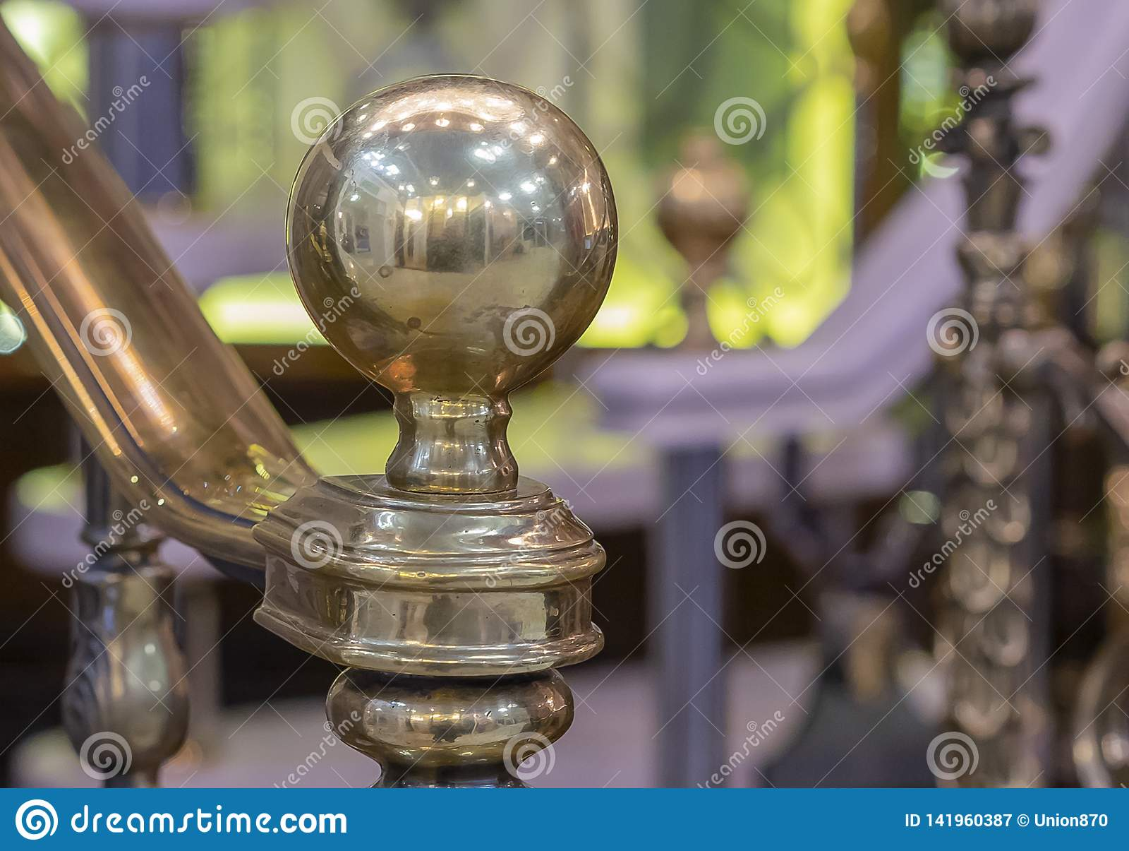 在末端梯子扶手栏杆的古铜色精采地球