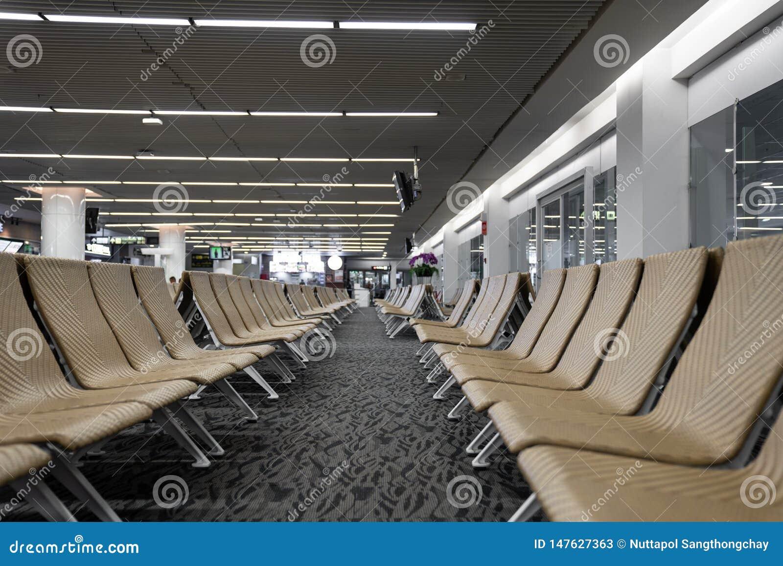 在机场/等待的休息室机场/人为藤条材料/旅行乘客概念的空的人为藤条seater