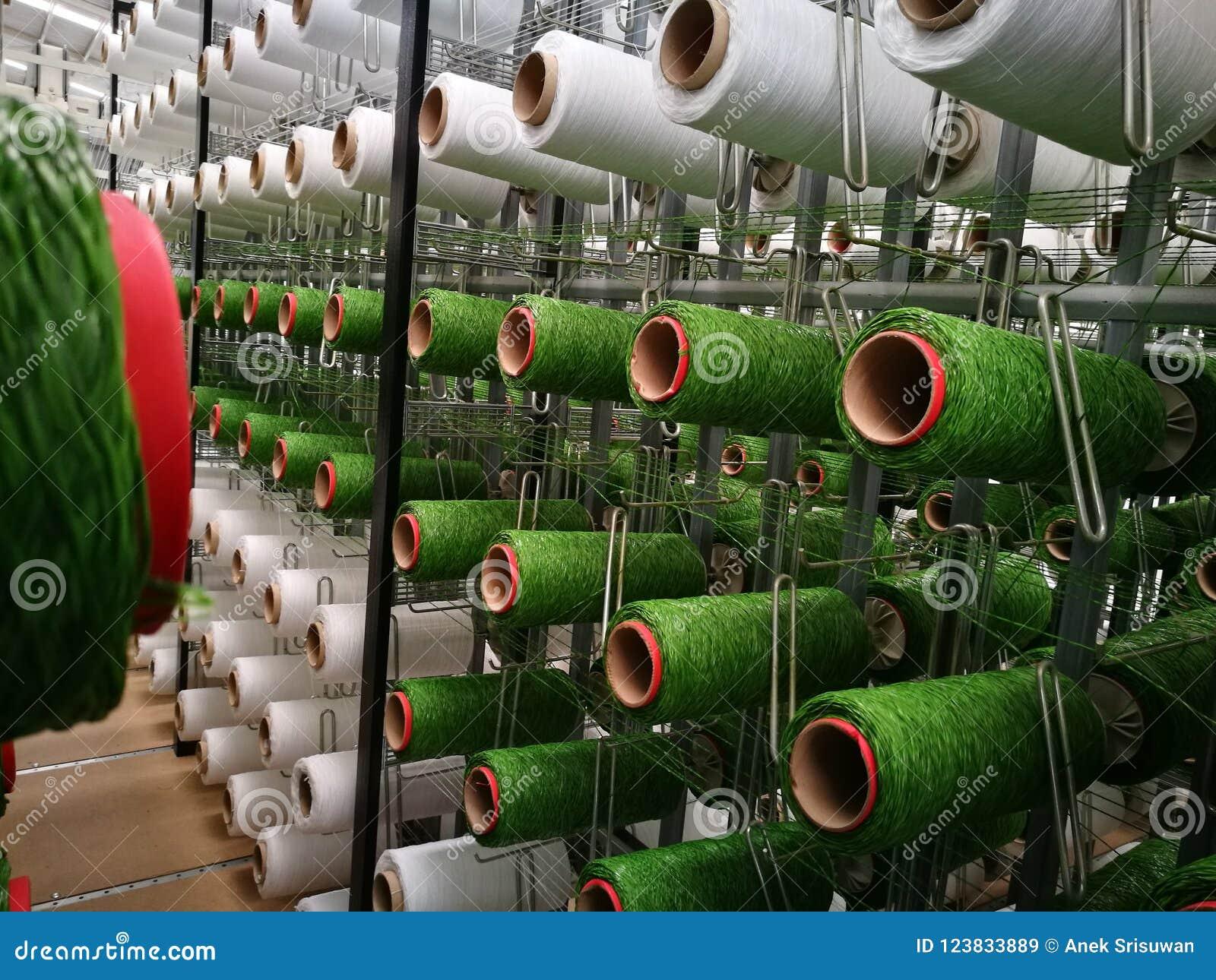 在机架的白色和绿色毛线人为草织机的