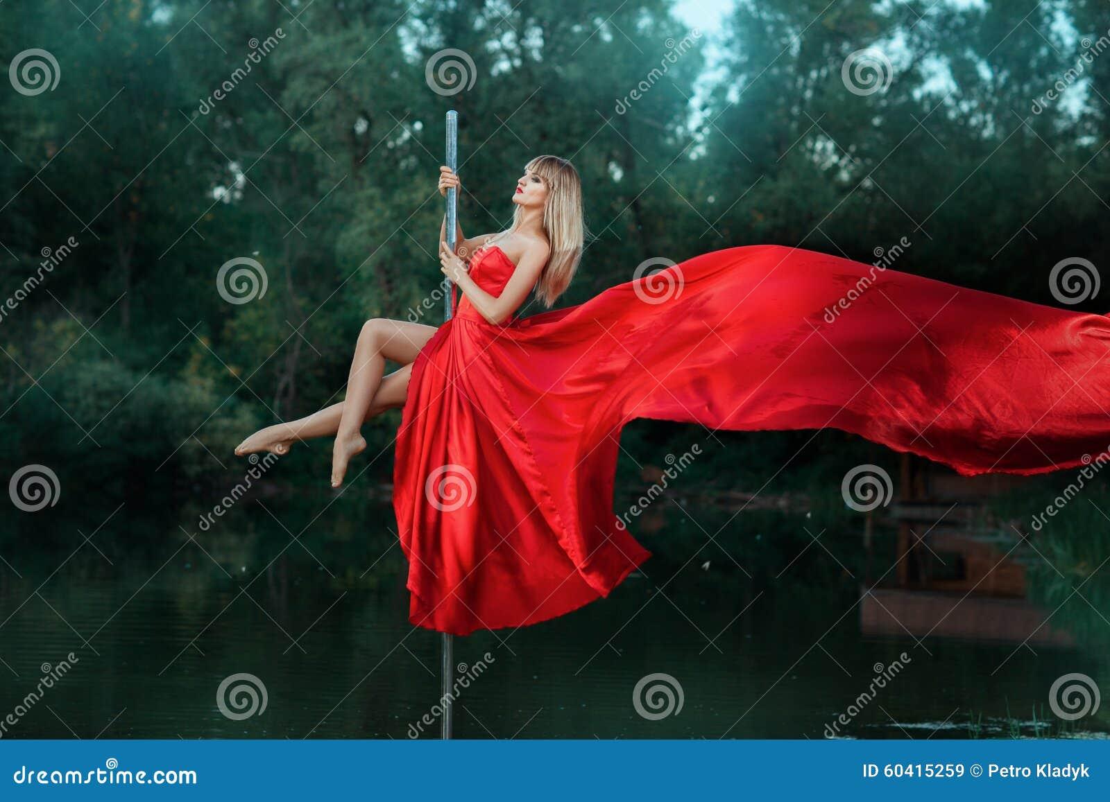 在杆和她的礼服的女孩跳舞开发