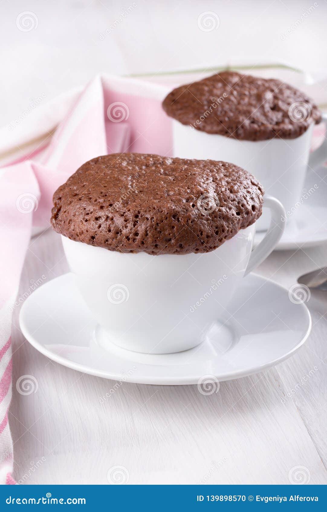 在杯子的快的巧克力蛋糕