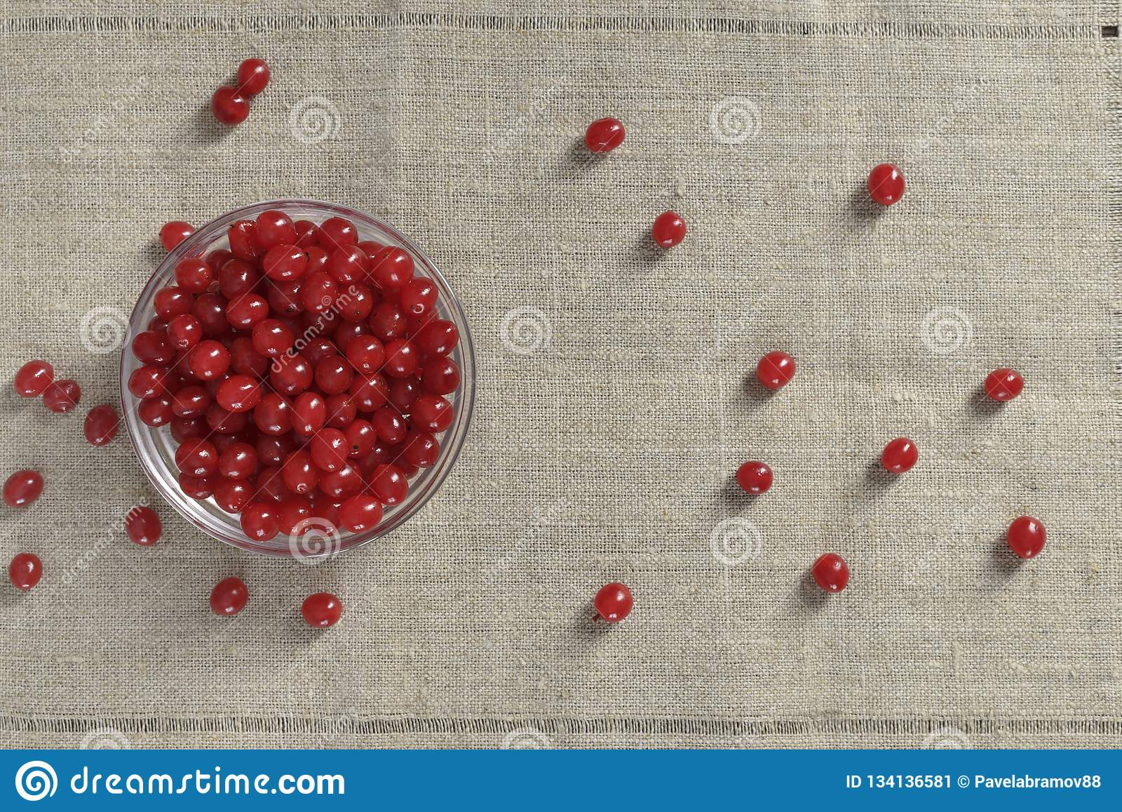 在杯子的红色浆果