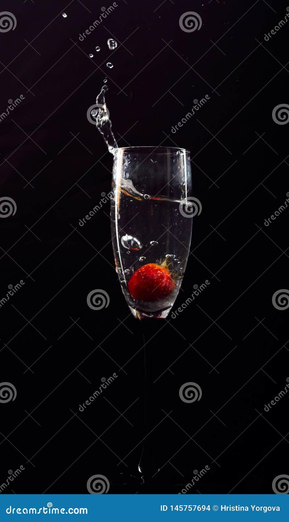 在杯的草莓泡影水