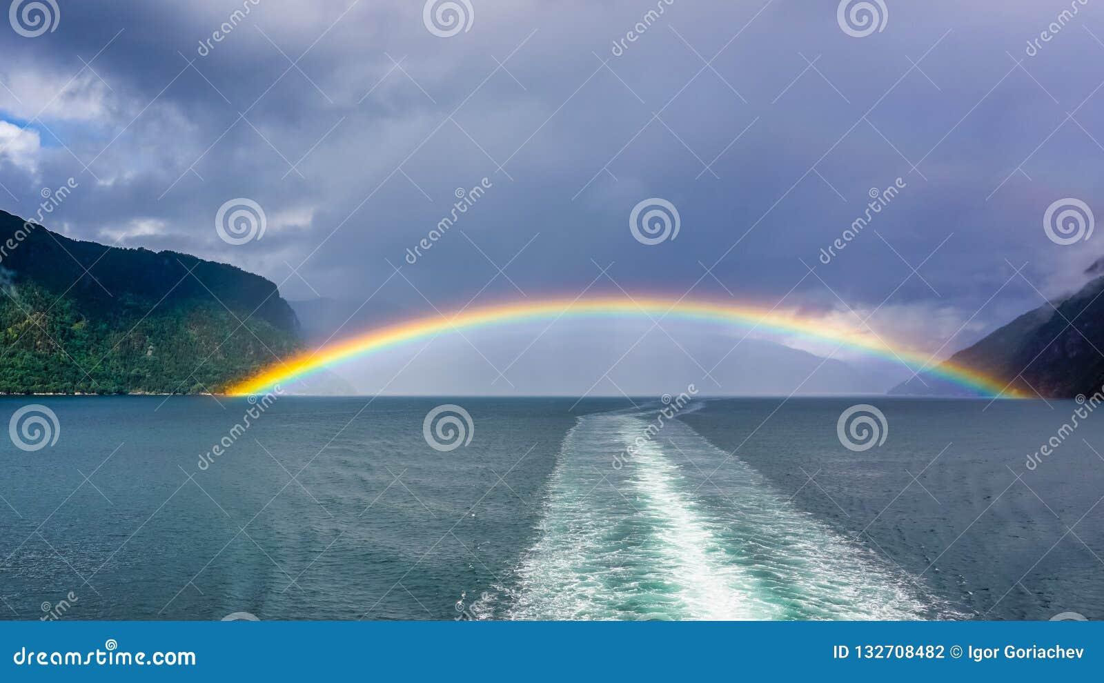 在松恩峡湾,挪威海湾的彩虹