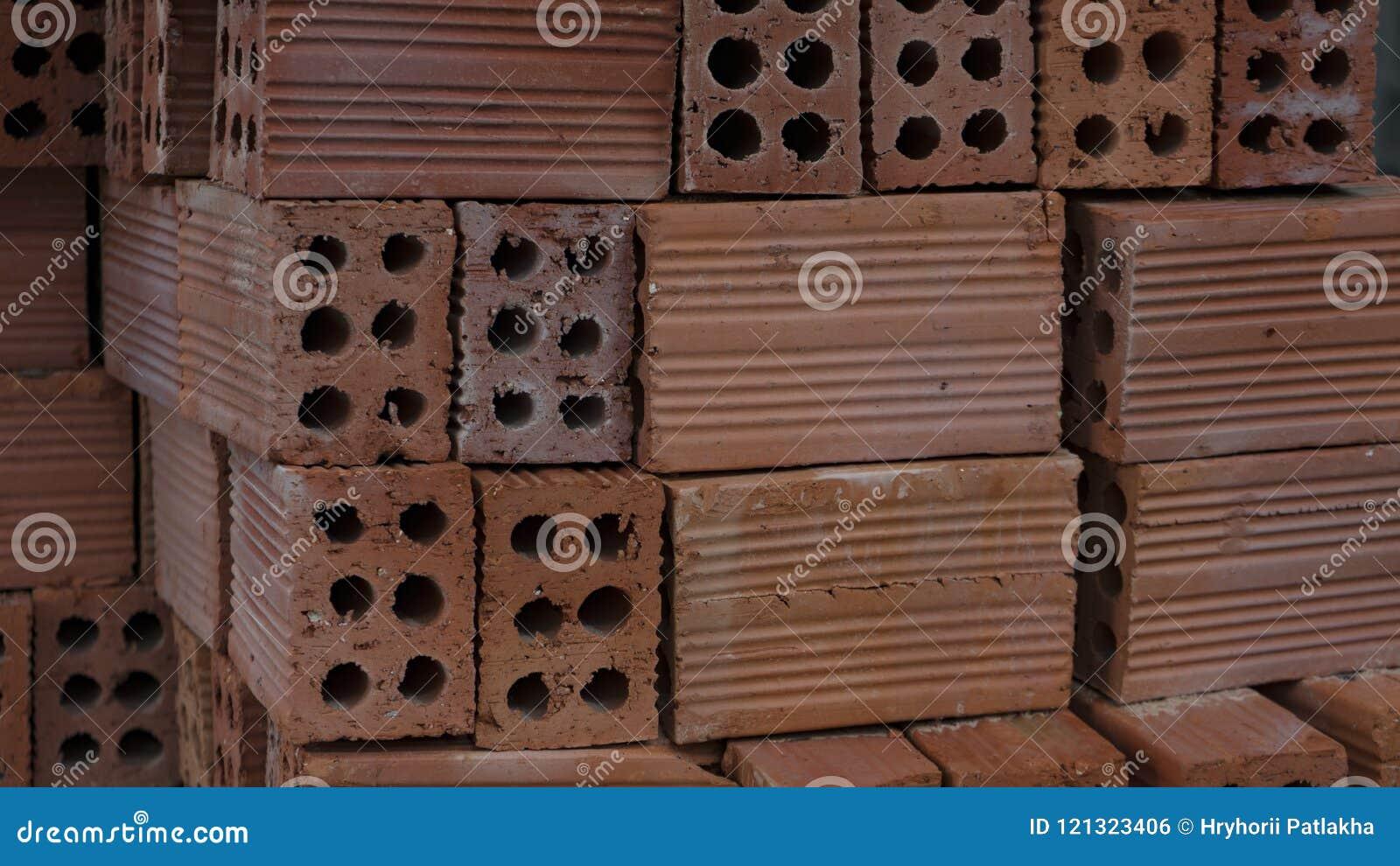 在板台堆积的建筑材料砖!