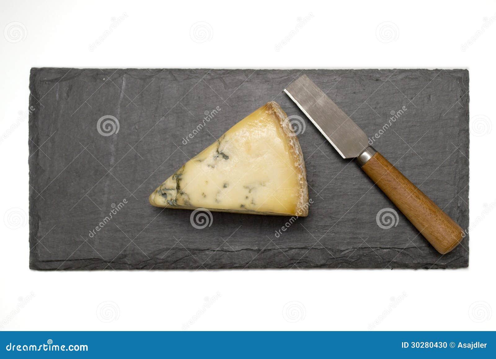 在板岩板的乳酪与刀子