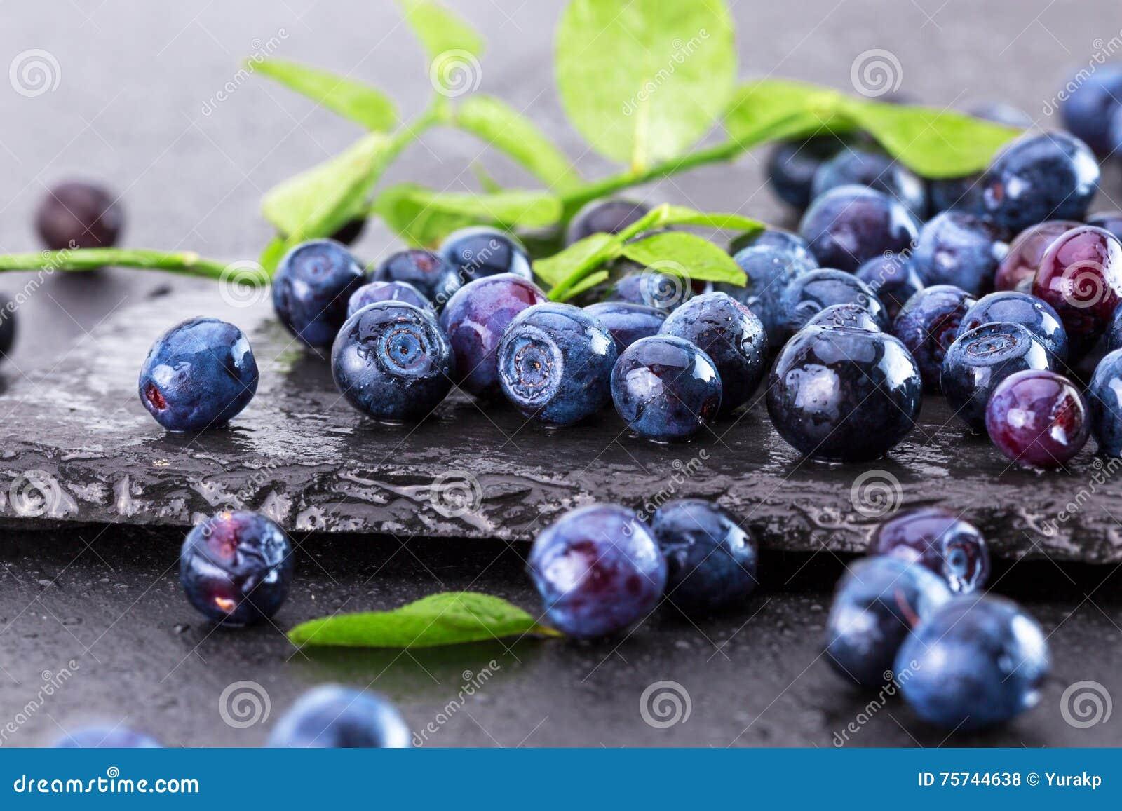 在板岩桌上的蓝莓
