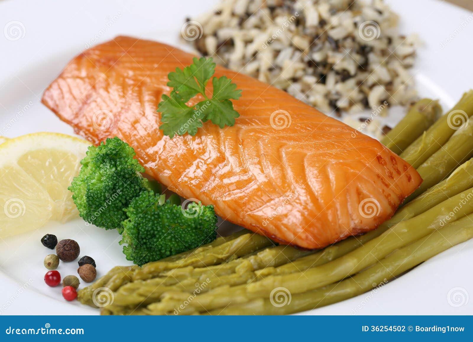 在板材的准备的三文鱼鱼