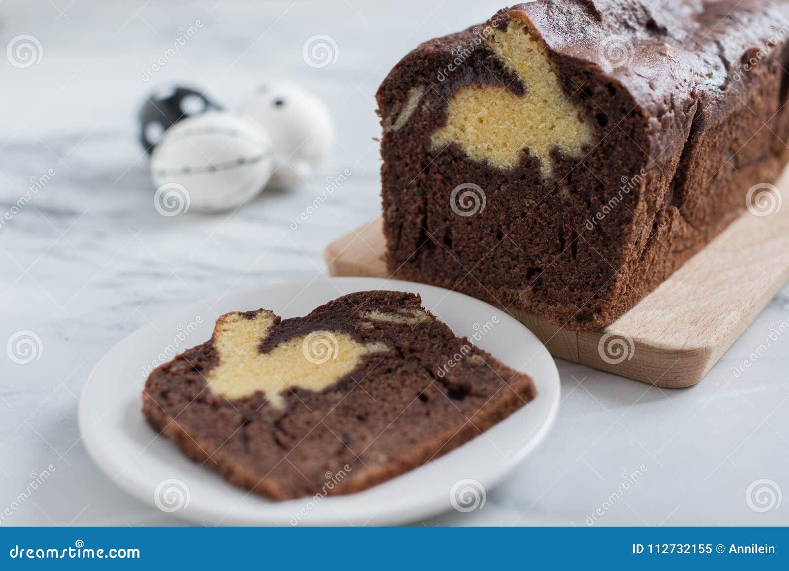 在板材的复活节兔子蛋糕