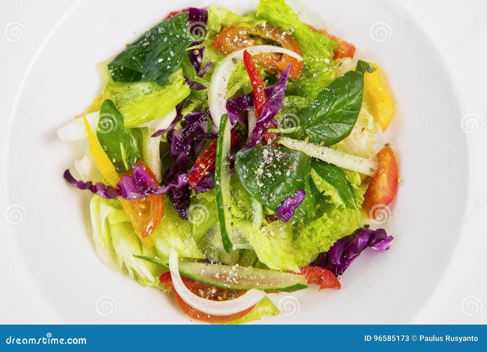 在板材的新鲜蔬菜沙拉