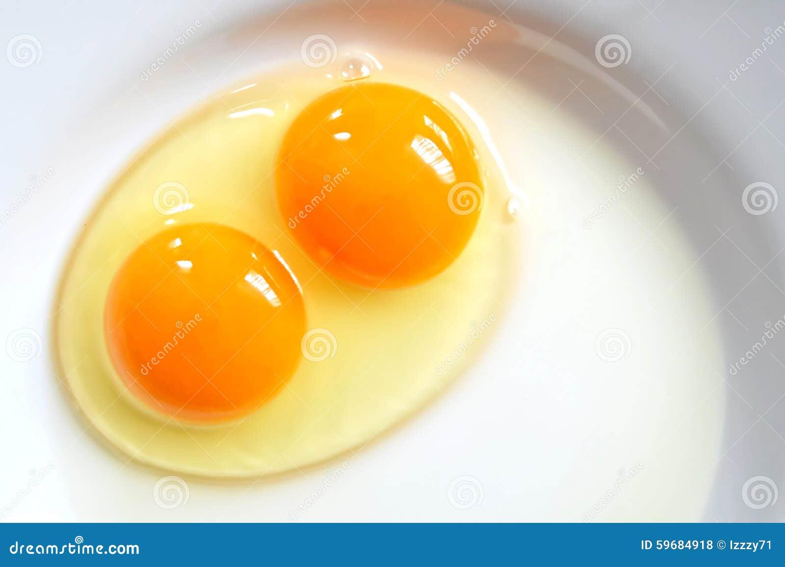 在板材的未加工的两卵黄质鸡蛋