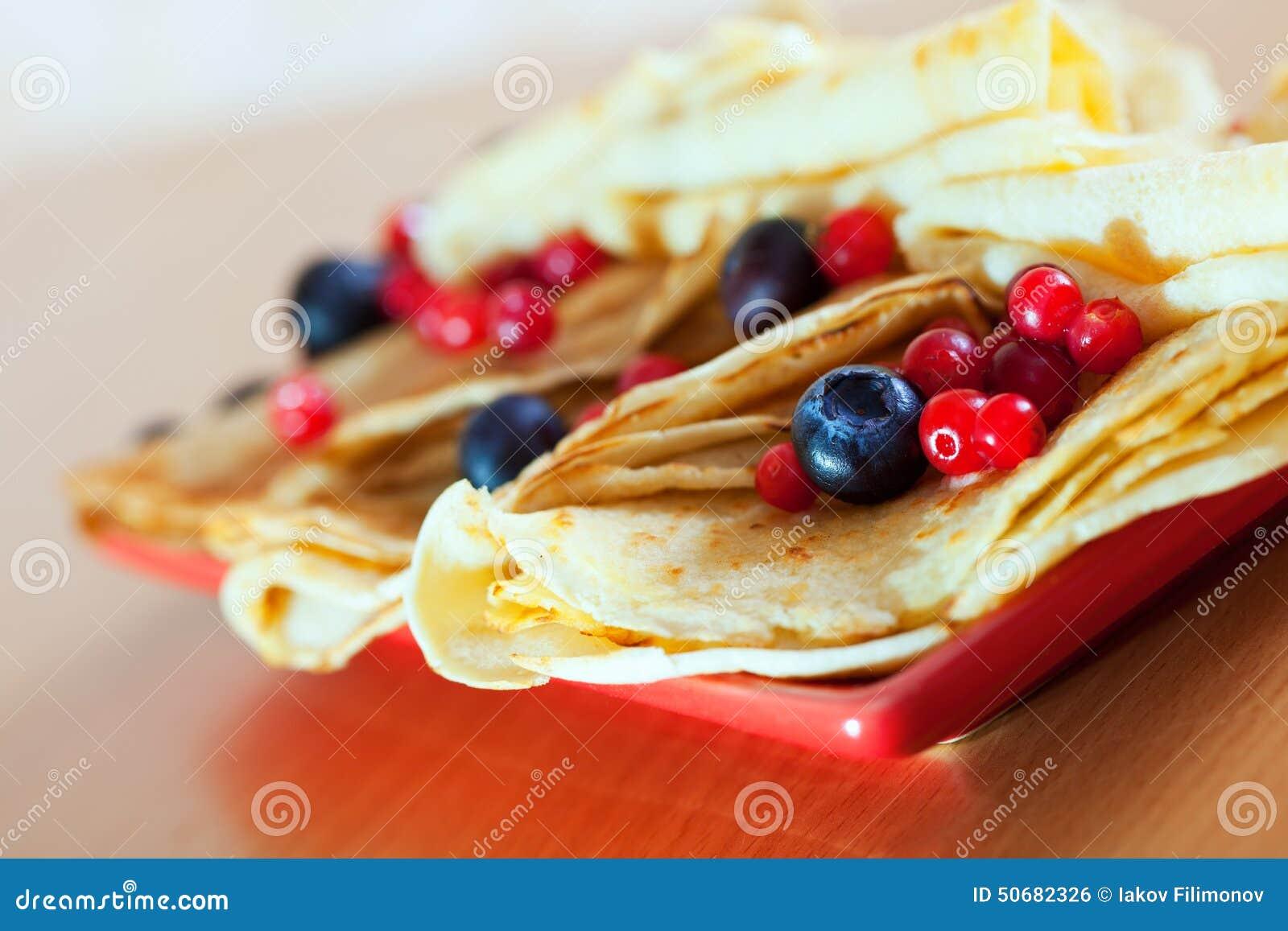 Download 在板材的薄煎饼用蔓越桔和蓝莓 库存照片. 图片 包括有 苹果酱, 蛋糕, 俄国, 食物, 快餐, 牌照, 口味 - 50682326