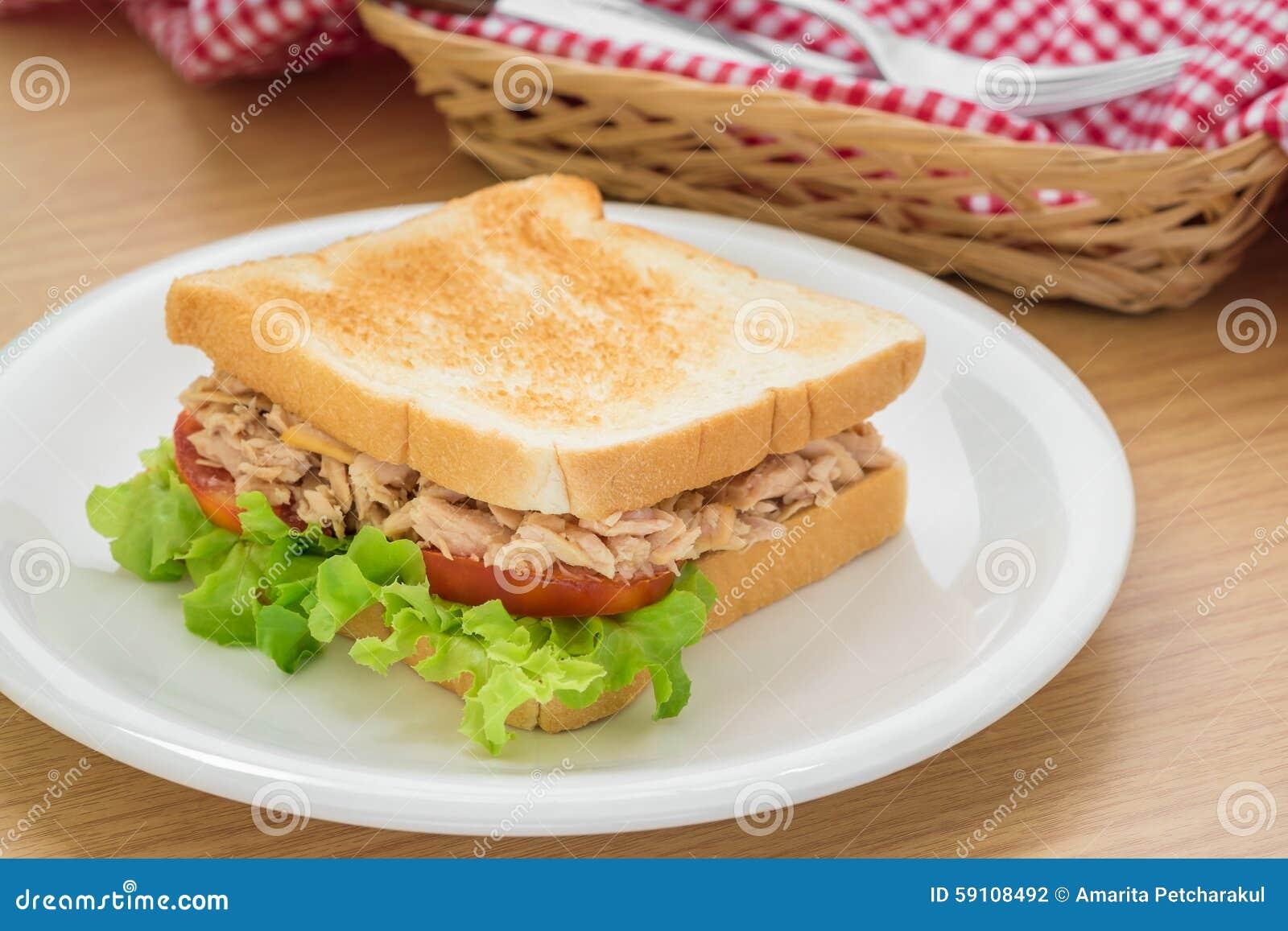 在板材的金枪鱼三明治